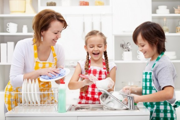kids-doing-dishes-with-mum-600x400