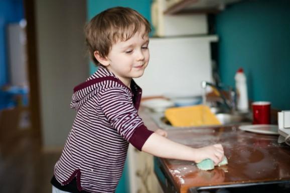 السن المناسب لتوكيل الأطفال بالمهام المنزليه