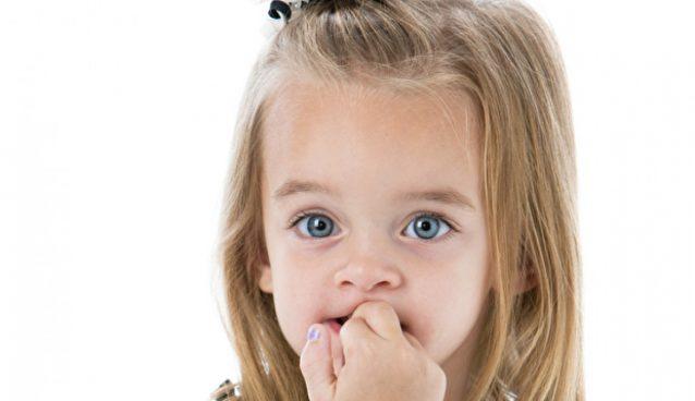 قضم الأظافر عند الأطفال: الأسباب والعلاج