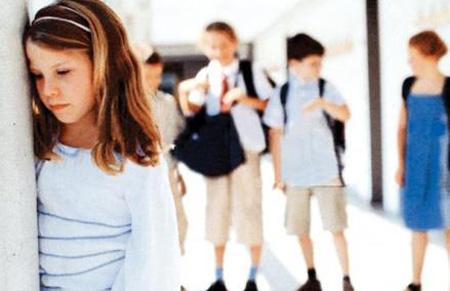 عندما يعاني ابنك او ابنتك في المدرسة من تجاهل رفاقه وعندما ترينه يكبت حزنه ،كيف تتصرفين؟