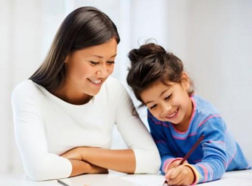 كيف تجعلين ولدك يساعدك في البيت ويقوم بفروضه المدرسية بدون مشاحنات؟