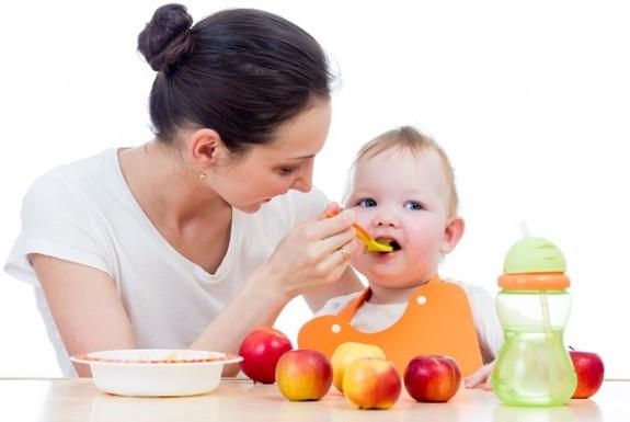 طعام طفلك من الولادة وحتى السنة