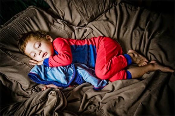 كيف تُساعِد طِفلَك على تكوين عادات نومٍ سليمة؟
