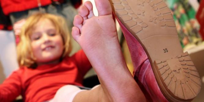 الطريقة الأنسب لتحديد مقاس حذاء طفلك