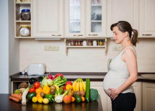 ١٠ أطعمة قد تعصف بصحتك وصحة طفلك أثناء الحمل