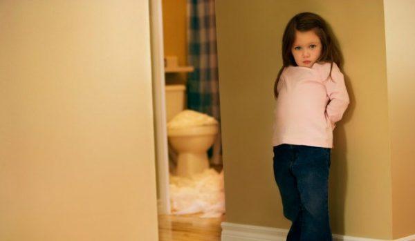 تدريب طفلي على الحمام.. عاد كما كان من قبل.. اليكم اهم الأسباب والحلول..