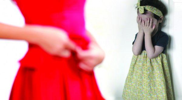حذاري.. سبعة مخاطر عند تغيير الملابس أمام الأطفال..