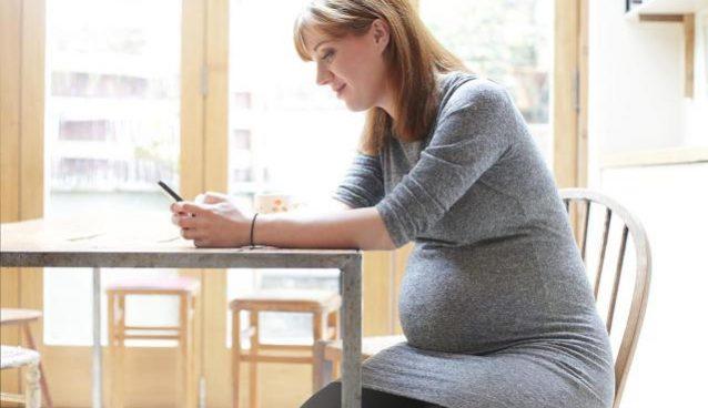 أثناء الحمل ،حذاري من الإفراط في استعمال الهواتف الذكية