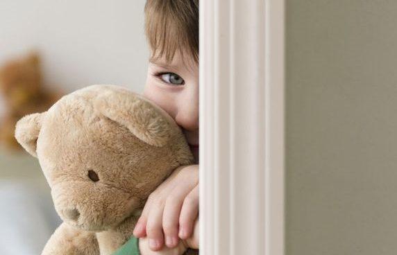 الأسباب والأساليب الخاطئة التي تؤدي إلى خلل في شخصية طفلك
