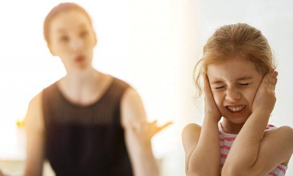 مهما كانت حالتك النفسية.. حذاري من قول هذه الكلمات السامة لطفلك..